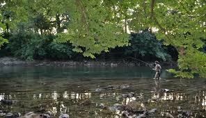 La pêche dans le village rouge le bord de Stavropol